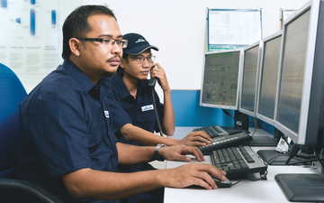 Linde PLANTSERV, performance, reliability, efficiency. Remote services, Men working with Multi-Monitor Computers