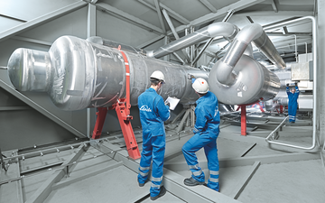 Linde PLANTSERV, performance, reliabilty. Employees working inside a coldbox at the Schalchen Cryogenic plant.