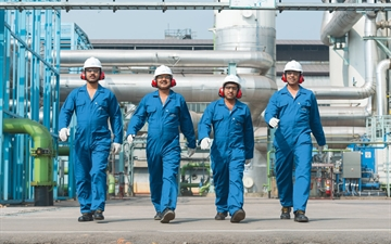Linde PLANTSERV reliability, operational support, Linde employees walking at a plant